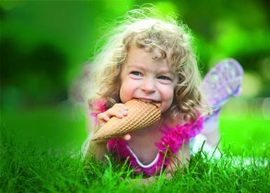 bambina mangia cono
