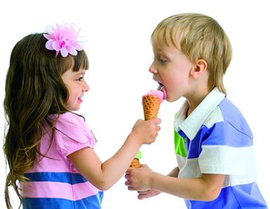 bambini mangiano gelato