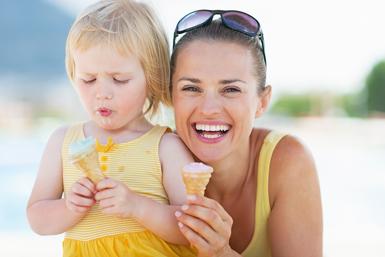 mamma e bambina mangiano gelato