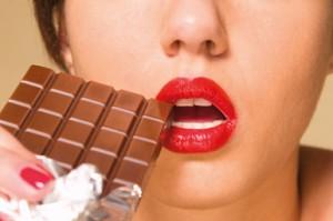 donna mangia cioccolato